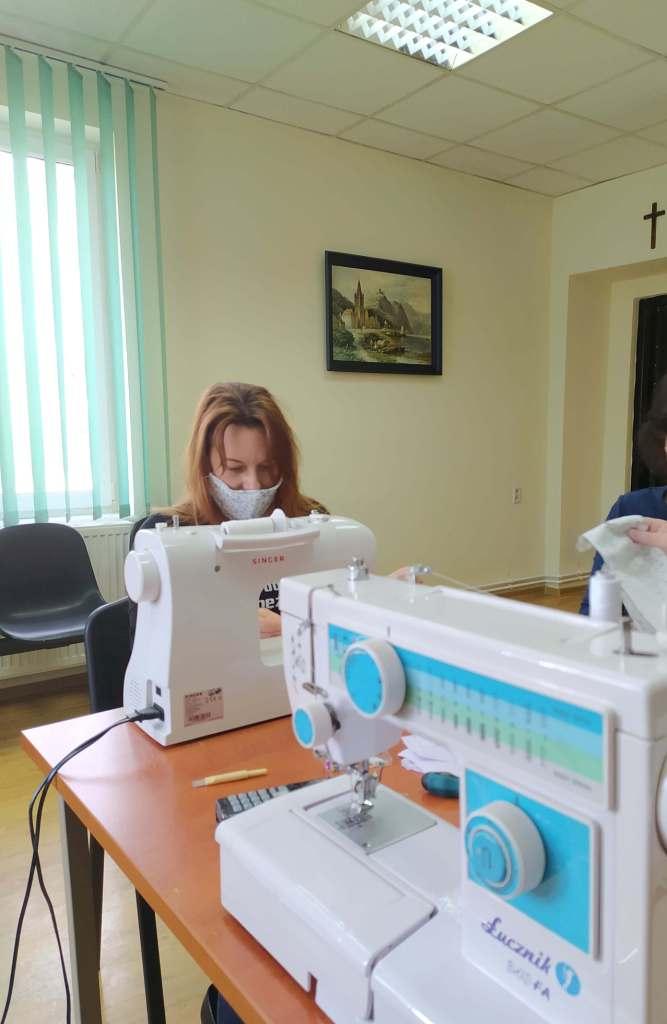 Maseczki klientom korzystającym z opieki społecznej w gminie Terespol szyją pracownicy GOPS